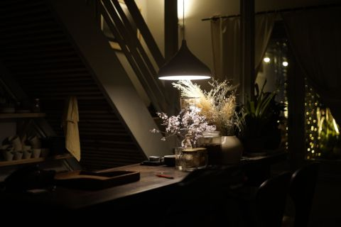 émai cafe bar at night, illuminated by a hanging light.